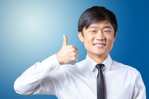 Mostrando, polegar, jovem, asiático, homem negócio