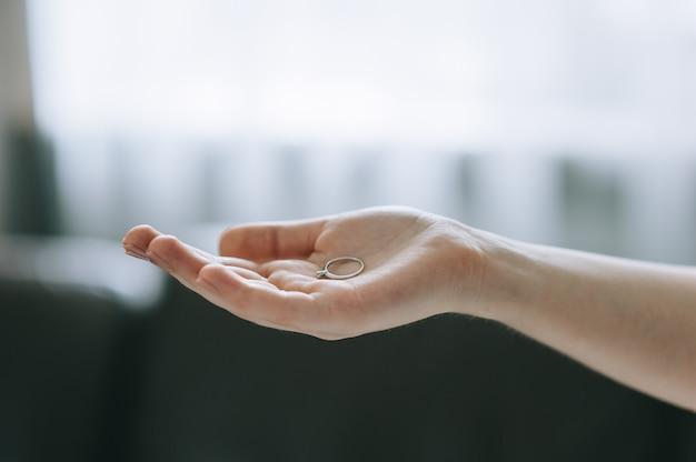 Mostrar anel em uma mão isolada no quarto