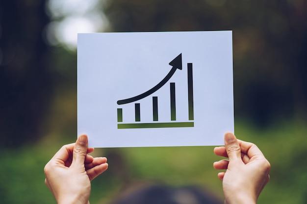 Mostrar estatísticas do gráfico em papel comercial, seta mostrando o gráfico na mão