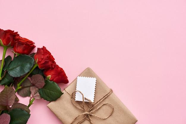 Mostre a ela todo o seu lovebouquet de rosas vermelhas frescas e uma pequena caixa de presente