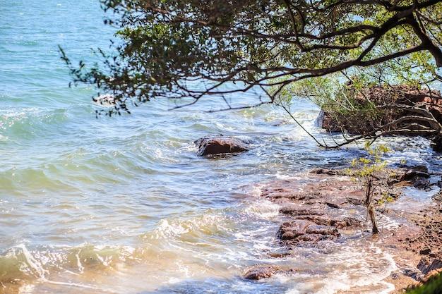 Mostre em silhueta o cenário bonito da praia em chanthaburi em tailândia. viagem e conce natural