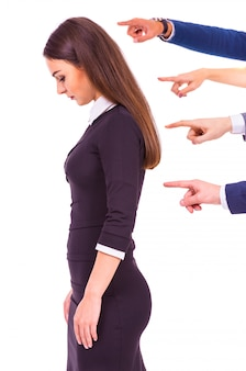 Mostre os dedos na triste mulher de negócios.