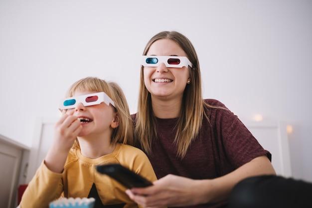Mother and daugter em óculos 3d