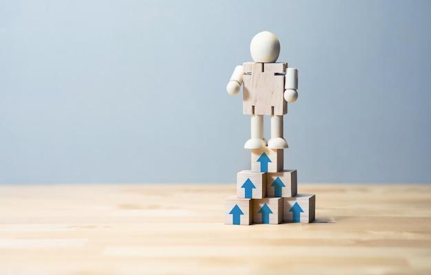 Motivação de negócios ou conceitos de sucesso com brinquedo de madeira humano