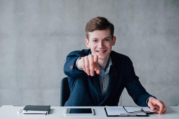 Motivação e crescimento pessoal. jovem homem de negócios bem-sucedido dizendo que você pode fazer isso. copie o espaço.