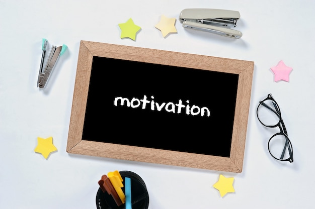 Motivation word na vista superior do quadro-negro