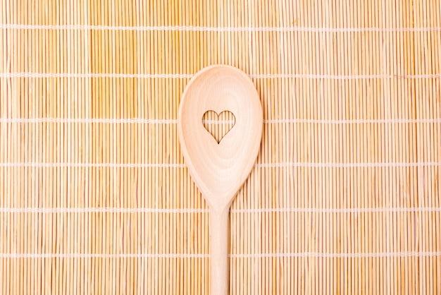 Motivo de coração de colheres de cozinha de madeira em bambu
