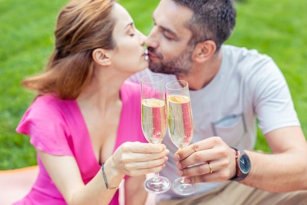 Motivo para comemorar. foco seletivo de duas taças com champanhe sendo brindadas durante a comemoração de seu aniversário