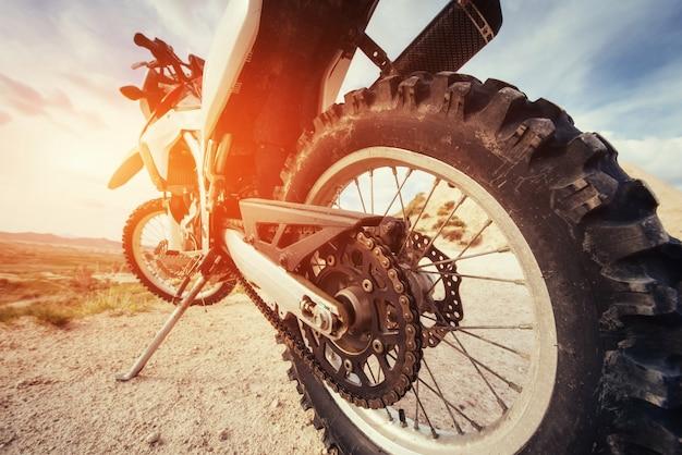 Moto. bicicleta ao ar livre em fundo.