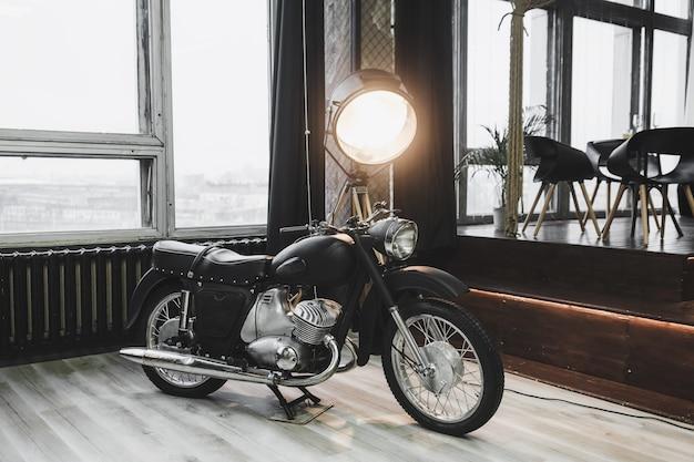 Moto clássica retro na garagem ou oficina. bicicleta vintage