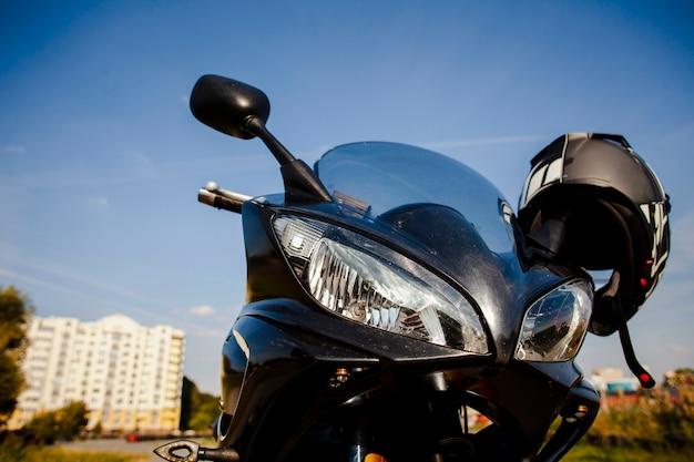 Moto de baixo ângulo com capacete