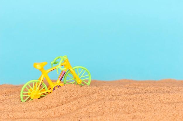 Moto de brinquedo na praia.