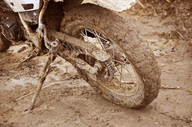 Moto esportiva suja após a competição ficar no apoio para os pés garupa
