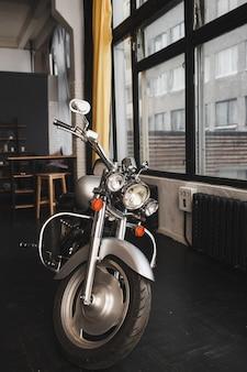 Moto estilo vintage na garagem da alfândega