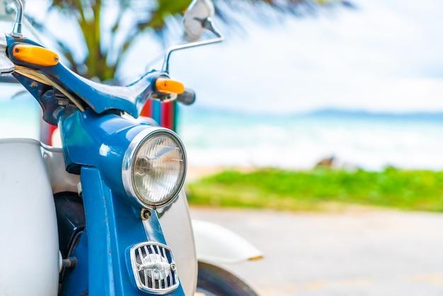 Moto velha e clássica com fundo do mar