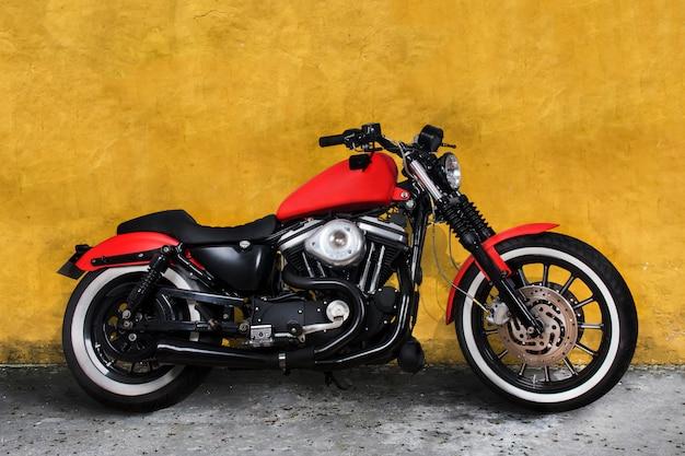 Moto vermelha contra uma parede amarela