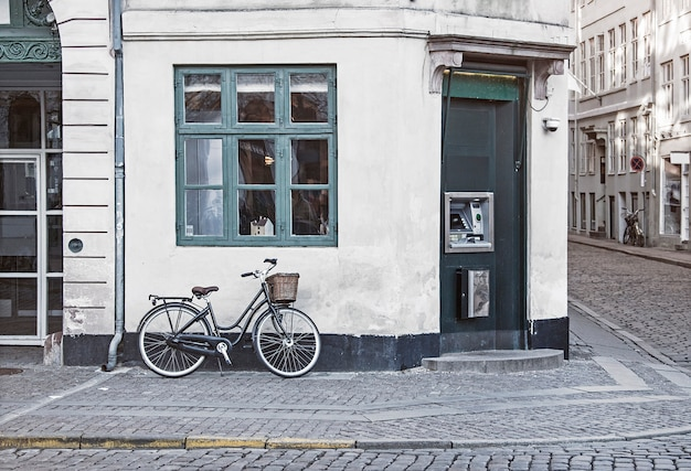 Moto vintage na antiga rua de copenhaga