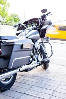 Moto vintage parada na rua sob os raios de sol