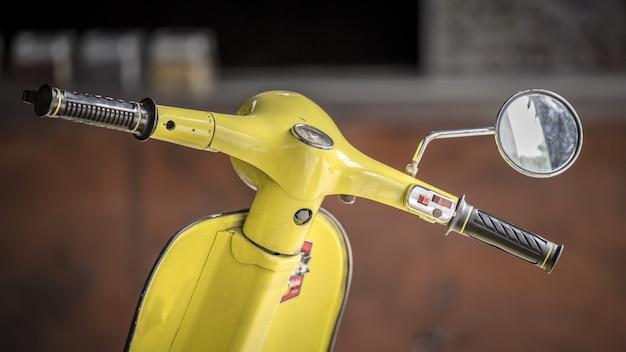 Motocicleta amarela vintage