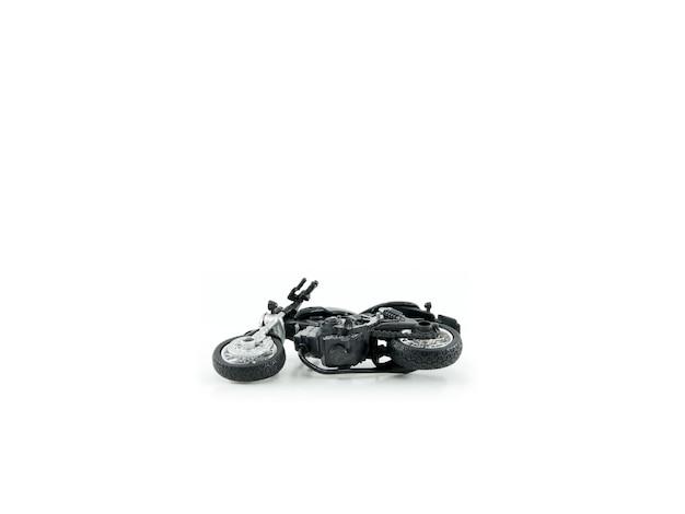 Motocicleta brinquedo cor preta acidente falhou em fundo branco
