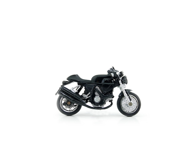 Motocicleta brinquedo cor preta sobre fundo branco