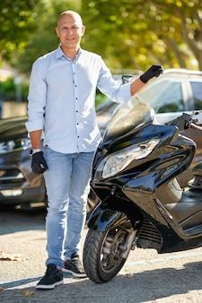 Motocicleta de piloto de cara bonito piloto. estilo de vida urbano brutal.