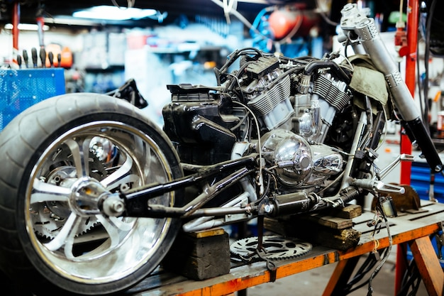 Motocicleta desmontada no customizing workshop
