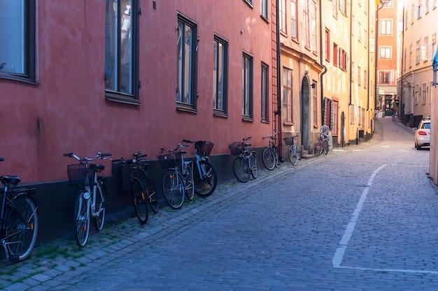 Motocicleta e portão de madeira na rua da cidade velha em estocolmo, suécia
