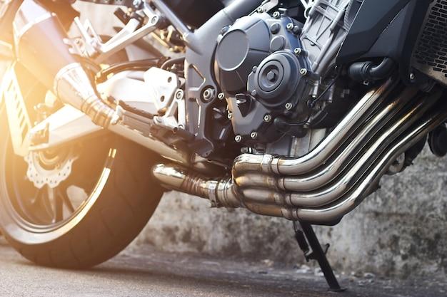Motocicleta moderna e detalhes de escape no fundo da rua