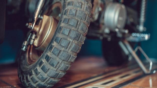 Motocicleta preta do estacionamento