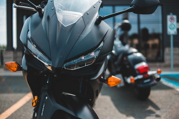 Motocicleta preta estacionada perto de outra motocicleta