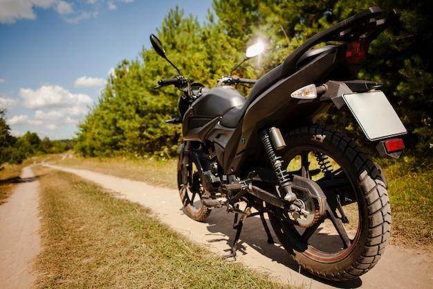 Motocicleta preta na estrada