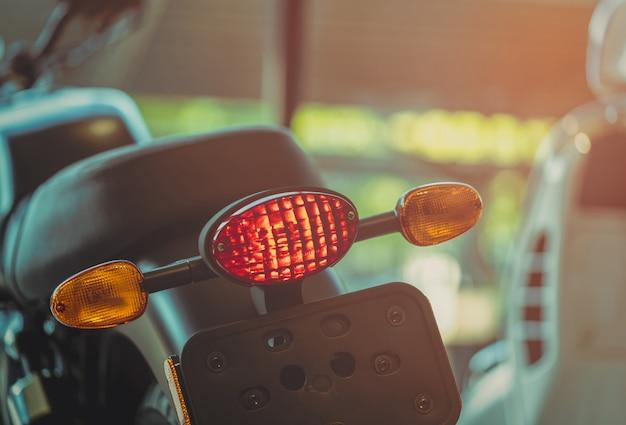 Motocicleta quebra e vire sinal de luz no fundo desfocado