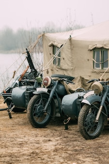 Motocicletas das tropas da wehrmacht na tenda militar