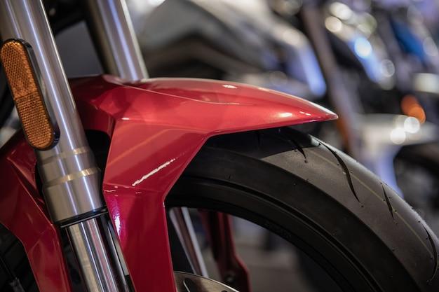 Motocicletas de estacionamento em uma fila de perto