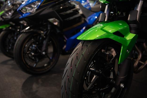 Motocicletas em uma fila de perto
