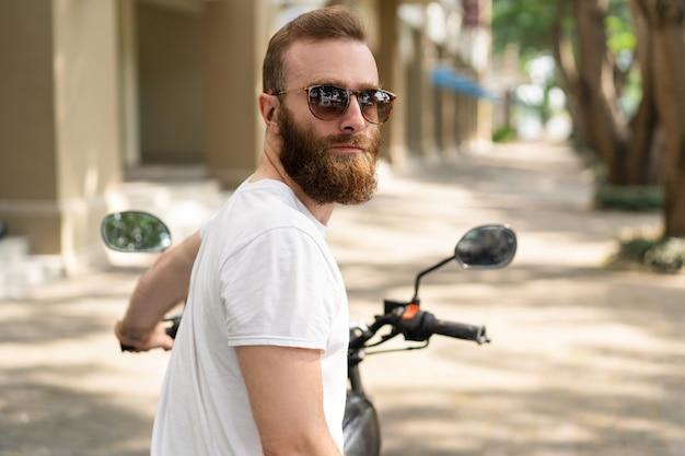 Motociclista brutal sério pronto para montar