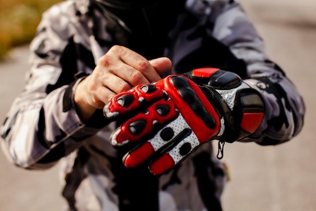 Motociclista colocando o equipamento para o passeio