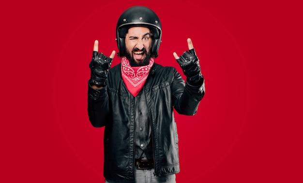 Motociclista com raiva ou discordo