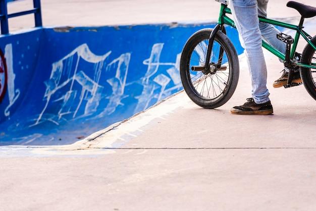 Motociclista de acrobacias esperando sua vez para lançar um tubo de skatepark