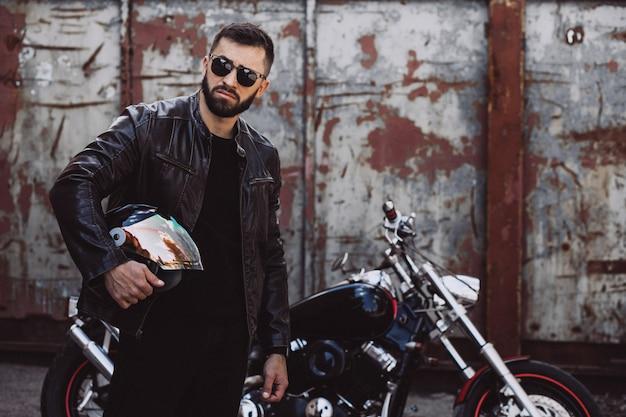 Motociclista de homem bonito, viajando de mototrcycle