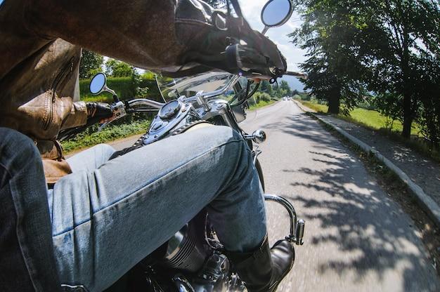 Motociclista de homem dirigindo sua moto na estrada aberta