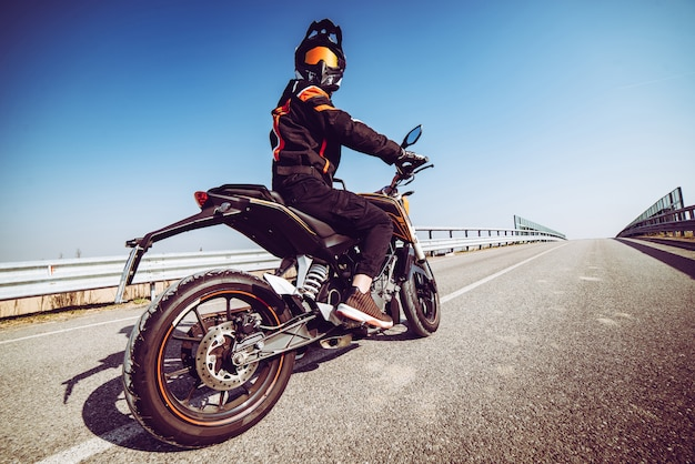 Motociclista, em, ação, olhar, parte traseira, ligado, a, estrada, a, movimento, toned, com, um, retro, vindima, instagram, filtro