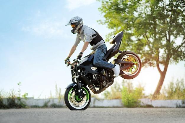 Motociclista em uma bicicleta