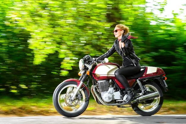 Motociclista em uma jaqueta de couro em uma motocicleta