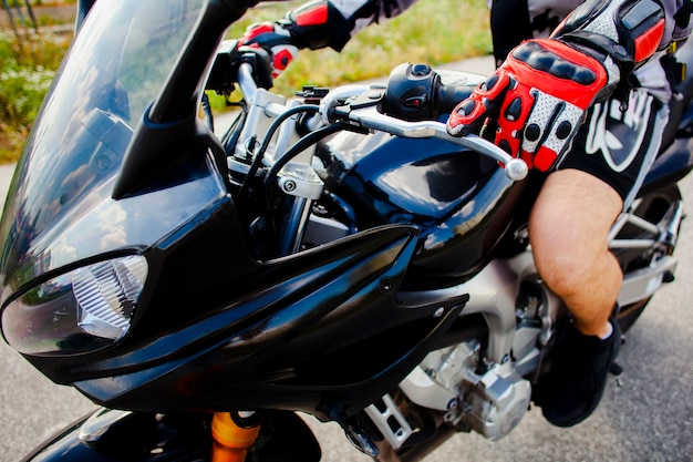 Motociclista equipada na moto