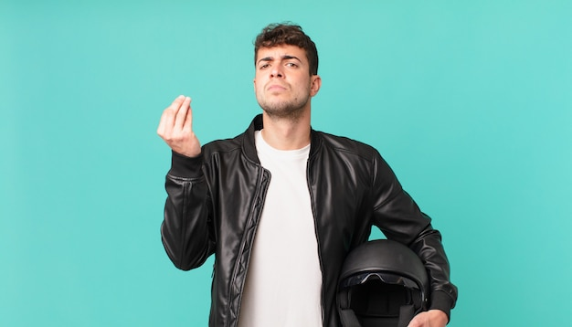 Motociclista fazendo capice ou gesto de dinheiro, mandando você pagar suas dívidas!