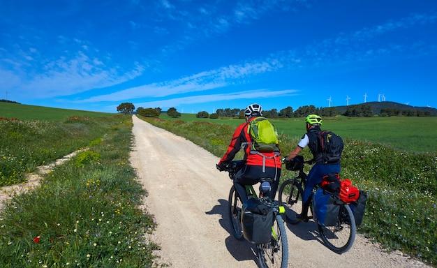 Motociclista por camino de santiago em bicicleta