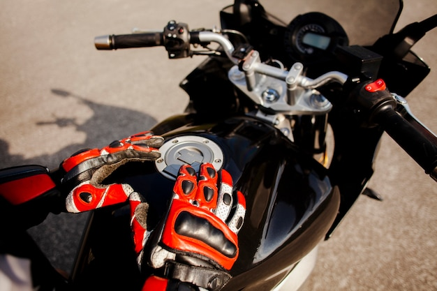 Motociclista segurando o tanque de gasolina