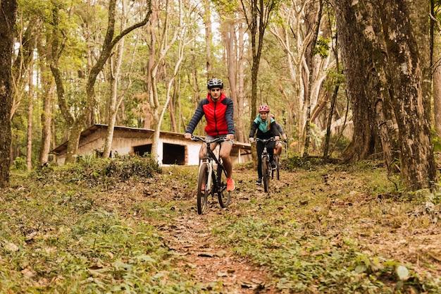Motociclistas na selva. os ciclistas fazem exercícios ao ar livre. conceito de esporte e ar livre.